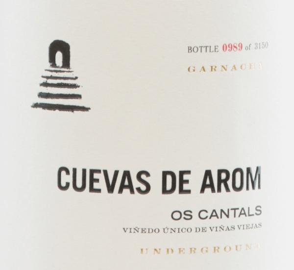 DerOs Cantals von Cuevas de Arom ist ein ausgezeichneter, vielschichtiger Rotwein aus der Rebsorte Garnacha Tinta (100%). Angebaut wird dieser Rotwein im spanischen D.O. Campo de Borja in Aragonien. Im Glas funkelt dieser spanische Wein in einem mittleren Granatrot mit hellroten Highlights. Das aromatische Bouquet besitzt eine komplexe Aromenvielfalt. Die Nase erfreut sich an saftigen Kirschen, Pflaumen und reifen Himbeeren mit Anklängen nach frischem Lakritz und Fenchel. Die würzigen Sekundärnoten offenbaren schwarzen Pfeffer, Nelke und fein-rauchige Nuancen. Der gut strukturierte Körper präsentiert eine druckvolle Persönlichkeit, die einhergeht mit geschmeidigen, reifen Tannin und einer straffen Säurestruktur. Dieser spanische Rotwein überzeugt mit Finessenreichtum, Eleganz und langem, präsenten Finale. Vinifikation desCuevas de AromOs Cantals Die Garnacha-Trauben für diesen komplexen Rotwein wachsen auf 500-600 m Höhe in Flachlage an über 25 Jahre alten Rebstöcke. Die Böden sind reich an Eisen, Kalk und Gestein. Das Wachstum der Trauben wird durch dasKontinentalklima mit leichtem mediterranem Einfluss begünstigt. Die Lese und auch die Selektion der Trauben wird sorgsam von Hand vorgenommen. Nach dem sanften und behutsamen Pressen des Leseguts wird die daraus entstandene Maische in Zementtanks bei kontrollierter Temperatur vergoren. Nach diesem abgeschlossenen Gärprozess reift dieser Wein für 10 Monate in Holzfässern aus französischer Eiche. Abschließend wird dieser Rotwein leicht filtriert auf die Flasche gefüllt. Speiseempfehlung für denOs Cantals von Cuevas de Arom Diesen trockenen Rotwein aus Spanien sollten Sie zu gemütlichen Abenden einfach nur Solo genießen. Dekantieren Sie diesen Wein frühzeitig, damit sich das gesamte Aromenspektrum entfalten kann. Auszeichnungen für denOs Cantals Decanter: 94 Punkte für 2015 Guía Peñín: 91 Punkte für 2015 The Wine Advocate: 92 Punkte für 2015
