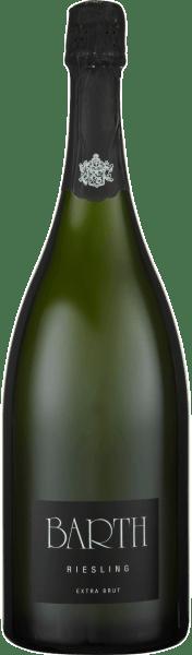 Der Barth Riesling extra brut b.A. vom Wein- und Sektgut Barth offenbart sich in einer weißen Farbnuance im Glas und entfaltet die wunderbar frischen Aromen Zitrus und Aprikosen, welche von einer feinen Würze begeleitet werden. Am Gaumen begeistert dieser Schaumwein aus dem Rheingau mit seiner feinen Perlage und den Noten von weißem Pfirsich und Ananas. Dieser charaktervolle Riesling überzeugt mit seiner feinen Struktur, der Länge und Rasse und der nicht vorhandenen Restsüße. Ein Riesling-Sekt für Liebhaber! Vinifikation für den Barth Riesling extra brut Für diesen reinsortigen Schaumwein werden nur vollreife und handverlesen selektierte Riesling-Trauben verwendet. Diese werden schonend als ganze Trauben gepresst und nach der Methode der traditionellen Flaschengärung versektet. Dieser Sekt reift 2 Jahre auf der Hefe und wird regelmäßig von Hand gerüttelt. Speiseempfehlung für den Barth Riesling extra brut Genießen Sie diesen Riesling-Sekt als Aperitif, zum Picknick oder zu Crostini mit Artischockencreme oder Tapenade. Auszeichnungen für den Barth Riesling extra brut Gault Millau 2015: 88 Punkte