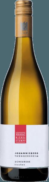Der Scheurebe Thüngersheimer Johannisberg aus der Weinbau-Region Franken präsentiert sich im Glas in brillant schimmerndem Hellgelb. Beim Schwenken des Glases zeichnet sich dieser Weißwein durch eine herrliche Brillanz aus, die ihn behände im Glas tanzen lässt. Im Glas offenbart dieser Weißwein von Bickel-Stumpf Aromen von Zitronen, Orangen, Limetten, Pomelo und Stachelbeeren, ergänzt um Liebstöckel, Wacholder und mediterrane Kräuter. Dieser Weiße von Bickel-Stumpf ist eine gute Wahl für alle Weinenthusiasten, die möglichst wenig Restzucker im Wein mögen. Dabei zeigt er sich aber nie karg oder spröde, wie man es bei einem Wein dieser Preisklasse natürlich auch erwartet. Auf der Zunge zeichnet sich dieser leichtfüßige Weißwein durch eine ungemein knackige Textur aus. Durch seine vitale Fruchtsäure zeigt sich der Scheurebe Thüngersheimer Johannisberg am Gaumen traumhaft frisch und lebendig. Im Abgang begeistert dieser Weißwein aus der Weinbauregion Franken schließlich mit beachtlicher Länge. Es zeigen sich erneut Anklänge an Grapefruit und Kumquat. Im Nachhall gesellen sich noch mineralische Noten der von Kalkstein und Sandstein dominierten Böden hinzu. Vinifikation des Bickel-Stumpf Scheurebe Thüngersheimer Johannisberg Dieser elegante Weißwein aus Deutschland wird aus der Rebsorte Scheurebe hergestellt. Die Trauben wachsen unter optimalen Bedingungen in Franken. Die Reben graben hier ihre Wurzeln tief in Böden aus Kalkstein und Sandstein. Der Scheurebe Thüngersheimer Johannisberg ist ein Alte Welt-Wein im besten Sinne des Wortes, denn dieser Deutsche Wein atmet einen außergewöhnlichen europäischen Charme, der ganz klar den Erfolg von Weinen aus der Alten Welt unterstreicht. Die Reife des Lesegutes für diesen Wein aus Scheurebe wird zu einem beachtlichen Anteil vom Klima der Anbauregion beeinflusst. In Franken gedeihen die Trauben in einem eher kühlen Klima, was sich unter anderem in besonders langen und gleichmäßigen Trauben und einem eher moderatem Mostgewicht nied