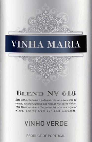 DerVinha Maria Vinho Verde von Global Wines ist ein wundervolle, portugiesische Weißwein-Cuvée aus den Rebsorten Arinto (30%), Loueiro (30%), Azal (20%) und Trajadura (20%). Im Glas leuchtet dieser Wein in einer kristallklaren - fast transparenten - Farbe mit glitzernden Highlights. Das Bouquet offenbart eine duftige Aromatik nach frischer Zitrone und geriebener Zitronenschale, saftigen Orangen und Mandarinen. Dazu gesellen sich blumige Nuancen und ein Hauch exotische Früchte. Am Gaumen ist dieser Weißwein herrlich sanft mit einer wunderbaren Frische, die sich perfekt mit der rassigen Säure verbindet. Die Aromen der Nase kommen wundervoll zur Geltung. Das Finale wartet mit dem typisch feinen Vinho-Verde-Britzeln auf. Speiseempfehlung für den Global Wines Vinha Maria Vinho Verde Genießen Sie diesen halbtrockenen Weißwein aus Portugal gut gekühlt einfach nur Solo oder auch zu gegrillten Fischgerichten und süß-würzigen Speisen der asiatischen und indischen Küche.