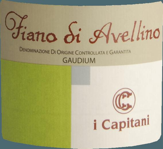 Dieser junge Weißwein verzückt das Auge zudem mit grüngelben Reflexen Der Nase präsentiert dieser I Capitani Weißwein allerlei Schattenmorellen, Zwetschken, Schwarzkirschen und Pflaumen. Dieser Weiße von I Capitani ist perfekt für alle Genießer, die möglichst wenig Süße im Wein mögen. Dabei zeigt er sich aber nie karg oder spröde, wie man es natürlich bei einem Weinjenseits der 5-Euro-Marke erwarten kann. Auf der Zunge zeichnet sich dieser ausgeglichene Weißwein durch eine ungemein leichte und seidige Textur aus. Durch die ausgeglichene Fruchtsäure schmeichelt der Gaudium Fiano di Avellino mit gefälligem Mundgefühl, ohne es dabei an saftiger Lebendigkeit missen zu lassen. Im Abgang begeistert dieser lagerfähige Weißwein aus der Weinbauregion Kampanien schließlich mit guter Länge. Es zeigen sich erneut Anklänge an Zwetschke und Schwarzkirsche. Vinifikation des I Capitani Gaudium Fiano di Avellino Der balancierte Gaudium Fiano di Avellino aus Italien ist ein reinsortiger Wein, vinifiziert aus der Rebsorte Fiano. Die Trauben wachsen unter optimalen Bedingungen in Kampanien. Die Reben graben hier ihre Wurzeln tief in Böden aus Sediment- und Verwitterungsgestein. Der Gaudium Fiano di Avellino ist ein Alte Welt-Wein im besten Sinne des Wortes, denn dieser Italiener versprüht einen außergewöhnlichen europäischen Charme, der ganz klar den Erfolg von Weinen aus der Alten Welt unterstreicht. Die Weintrauben für diesen Weißwein aus Italien werden, zum Zeitpunkt optimaler Reife, ausschließlich von Hand geernet. Nach der Handlese gelangen die Trauben umgehend in die Kellerei. Hier werden Sie selektiert und behutsam aufgebrochen. Anschließend erfolgt die Gärung im Edelstahltank bei kontrollierten Temperaturen. Nach dem Abschluss der Gärung kann sich der Gaudium Fiano di Avellino für einige Monate auf der Feinhefe weiter harmonisieren.. Speiseempfehlung zum I Capitani Gaudium Fiano di Avellino Dieser italienische Weißwein sollte am besten gut gekühlt bei 8 - 10°C genossen werden. 