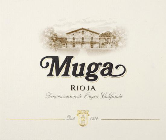 DerBlanco von Bodegas Muga aus dem spanischen Weinanbaugebiet DOCa Rioja ist eine frische, jugendliche und unkomplizierte Weißwein-Cuvée, die aus den Rebsorten Viura, Malvasia Bianca und Garnacha Blanca vinifiziert wird. Im Glas erstrahlt dieser Wein in einem hellen Strohgelb mit grünlich-glänzenden Reflexen. Die Nase offenbart eine intensive und komplexe Aromatik nach floralen Noten von weißen, Blüten, sonnengereifte Limetten sowie Zitronen und feine Röstnuancen der Eiche. Am Gaumen überzeugt dieser spanische Weißwein mit herrlicher Frische und guter Säurestruktur. Dabei kommt die seidige Textur perfekt zur Geltung und wird von saftigen Birnenaromen begleitet. Vinifikation desBodegas MugaBlanco Die Rebstöcke für diesen Weißwein wachsen auf Böden reich an Kalk und Ton. Sobald das Lesegut im Weinkeller von Bodegas Muga angekommen ist, wird der Most mit den Schalen zunächst für 8 Stunden lang in der Presse mazeriert. Ist die Mazeration abgeschlossen, wird der Most in neuen Nevers-Fässern aus französischer Eiche vergoren. Abschließend verbleibt dieser Wein für 3 Monate auf der Hefe (sur Lie Ausbau). Dabei wird dieBâtonage zweimal die Woche vorgenommen. Speiseempfehlung für denBlanco von Bodegas Muga Dieser trockene Weißwein aus Spanien ist ein hervorragender Begleiter zu Reispfannen mit knackigem Gemüse, allerlei Tapas-Variationen mit Oliven oder auch zu Dorade mit frischerTomaten-Concassée.