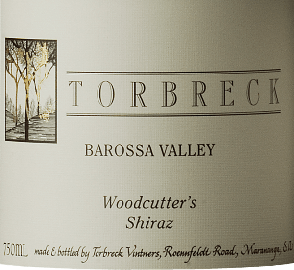 Der Woodcutter's Shiraz von Torbreck Vintners erscheint im Glas in einem tiefen Rot und entfaltet sein verführerisches Bouquet mit den Aromen von eingekochten Kirschen und Blaubeeren, welche begleitet werden von Kakao und dunkler Schokolade. Dieser australische Rotwein ist am Gaumen von einer opulenten Frucht mit einer herrlichen Frische und Balance. Dieser Shiraz ist bereits in jungen Jahren ein Trinkvergnügen, besitzt aber auch ein enormes Reifepotential. Ein weiterer fantastischer Wein von Torbreck Vintners. Vinifikation für den Torbreck Woodcutter's Shiraz Die Reben für diesen Wein wurden handgelesen, für 6-7 Tage fermentiert und anschließend wird der Wein für 12 Monate in Barriques aus französischer Eiche ausgebaut. Der Woodcutter's Shiraz wird ohne Filtrierung und Schönung in Flaschen abgefüllt. Speiseempfehlung für den Torbreck Vintners Woodcutter's Shiraz Genießen Sie diesen trockenen Rotwein zu gegrillten Gerichten, geschmortem oder kurz gebratenem dunklem Fleisch (Lamm, Rind, Wild), Pilzen oder zu würzigem Käse. Auszeichnungen für den Woodcutter's Shiraz von Torbreck James Suckling: 95 Punkte für 2015 und 2016 Robert M. Parker: 91 Punkte für 2015 und 2016 Wine Spectator: 91 Punkte für 2014 und 2015 Wine Spectator: 90 Punkte für 2013 und 2016