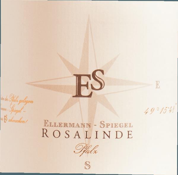 Der Rosalinde Rosé von Ellermann-Spiegel aus der Pfalz offeriert im Glas eine brillante, kräftig rosérote Farbe. Im Zentrum zeigt dieser Roséwein zudem charmante rotgoldene Glanzlichter. Nach dem ersten Schwenken, zeichnet sich dieser Wein durch eine herrliche Brillanz aus, die ihn schwungvoll im Glas tanzen lässt. Diese deutsche Cuvée präsentiert im Glas herrlich ausdrucksstarke Noten von Physalis, Papayas, Sternfrüchten und Gallia-Melone. Hinzu gesellen sich Anklänge von weiteren Früchten. Dieser deutsche Wein begeistert durch sein elegant trockenes Geschmacksbild und wurde mit außergewöhnlich wenig Restzucker auf die Flasche gebracht. Bei einem Wein im Einstiegsbereich absolut keine Selbstverständlichkeit, so verzückt dieser Deutsche Wein natürlich bei aller Trockenheit mit feinster Balance. Geschmack benötigt eben nicht zwangsläufig Zucker. Auf der Zunge zeichnet sich dieser leichtfüßige Roséwein durch eine ungemein leichte Textur aus. Das Finale dieses Rosés aus der Pfalz besticht schließlich mit gutem Nachhall. Vinifikation des Ellermann-Spiegel Rosalinde Rosé Der elegante Rosalinde Rosé aus Deutschland ist eine Cuvée, gekeltert aus den Rebsorten Blauer Portugieser und Spätburgunder. Nach der Weinlese gelangen die Trauben auf schnellstem Wege ins Presshaus. Hier werden Sie sortiert und behutsam aufgebrochen. Nach dem Saftabzug folgt die Gärung im Edelstahltank bei kontrollierten Temperaturen. Nach ihrem Ende kann sich der Rosalinde Rosé für einige Monate auf der Feinhefe weiter harmonisieren.. Speiseempfehlung zum Ellermann-Spiegel Rosalinde Rosé Genießen Sie diesen Roséwein aus Deutschland idealerweise gut gekühlt bei 8 - 10°C als Begleiter zu Omelett mit Lachs und Fenchel, Spargelsalat mit Quinoa oder Kokos-Limetten-Fischcurry.