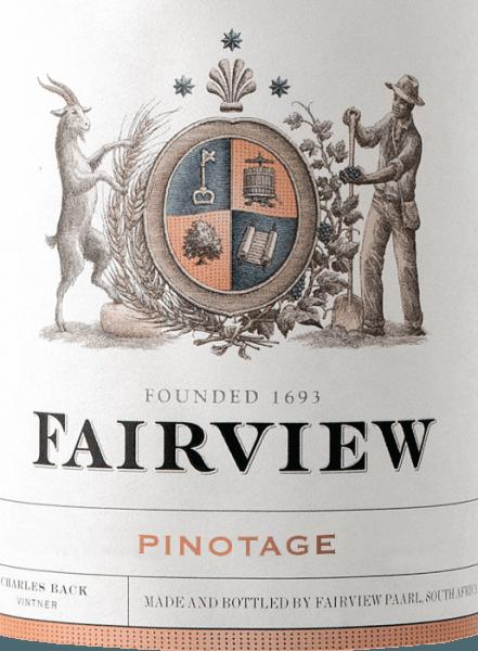 Der Estate Pinotage von Fairview Wines zeigt sich im Glas in einem dunklen Purpurrot und entfaltet sein Bouquet, welches mit den Aromen von Cranberries, Pflaumen und Veilchen verführt. Abgerundet werden diese Noten durch feine würzige Nuancen. Dieser südafrikanische Rotwein ist am Gaumen fleischig und mit weichen Tanninen präsent, bevor er in einen vollmundigen Nachhall mit feinen Mokkatönen übergeht. Die wunderbare Frucht und die angenehme Säure bieten bei diesem Wein ein herrliches Zusammenspiel. Vinifikation für den Fairview Wines Estate Pinotage Die Trauben werden vor der Gärung in Edelstahltanks und offenen Foudres entstielt und zerkleinert. Nach dem Abschluss der malolaktischen Gärung verbringt der Wein 10 Monate in neuen französischen und amerikanischen Eichenfässern. Speiseempfehlung für den Estate Pinotage von Fairview Wines Genießen Sie diesen trockenen Rotwein aus Südafrika zu Rinderfilet mit Bohnen und Kartoffelstampf, Lammkeule oder gegrillten Steaks mit knackigen Salaten.