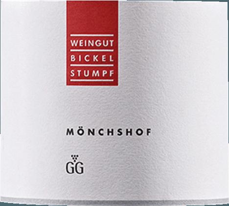 Mit dem Bickel-Stumpf Mönchshof Silvaner kommt ein erstklassiger Weißwein ins Weinglas. Hierin präsentiert er eine wunderbar dichte, hellgelbe Farbe. Beim Schwenken des Weinglases offenbart dieser Weißwein eine hohe Dichte und Fülle, was sich in Kirchenfenstern am Glasrand zeigt. Der Nase offenbart dieser Bickel-Stumpf Weißwein allerlei Äpfel, Birnen, Akazien, Geissblatt und Lilien. Als wäre das nicht bereits eindrucksvoll, gesellen sich durch den Ausbau im Edelstahl noch Vanille, Kakaobohne und Bitterschokolade hinzu. Dieser Wein begeistert durch sein elegant trockenes Geschmacksbild. Er wurde mit lediglich 8,1 Gramm Restzucker auf die Flasche gebracht. Wie man es natürlich bei einem Wein im Icon-Wein Segment erwarten kann, so verzückt dieser Deutsche Wein natürlich bei aller Trockenheit mit feinster Balance. Geschmack braucht nicht zwangsläufig viel Restzucker. Druckvoll und facettenreich präsentiert sich dieser dichte Weißwein am Gaumen. Durch seine vitale Fruchtsäure offenbart sich der Mönchshof Silvaner Großes Gewächs am Gaumen herrlich frisch und lebendig. Im Abgang begeistert dieser Weißwein aus der Weinbauregion Franken schließlich mit beachtlicher Länge. Es zeigen sich erneut Anklänge an Rose und Veilchen. Im Nachhall gesellen sich noch mineralische Noten der von Kalkstein dominierten Böden hinzu. Vinifikation des Mönchshof Silvaner Großes Gewächs von Bickel-Stumpf Grundlage für den kraftvollen Mönchshof Silvaner Großes Gewächs aus Franken sind Trauben aus der Rebsorte Silvaner. Die Trauben wachsen unter optimalen Bedingungen in Franken. Die Reben graben hier ihre Wurzeln tief in Böden aus Kalkstein. Natürlich wird der Mönchshof Silvaner Großes Gewächs auch von klimatischen und stilistischen Faktoren von Frickenhausen bestimmt. Dieser Deutsche Wein kann im besten Sinne des Wortes als Wein der Alten Welt bezeichnet werden, der sich außergewöhnlich eindrucksvoll präsentiert. Einen nicht von der Hand zu weisenden Einfluss auf die Reife des Lesegutes hat zudem 