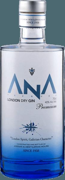 """""""Gin ist in"""" und mit dem ANA London Dry Gin von Adegas Moure bringen Sie gleich an ganz besonderen Wacholder-Brand auf den Tisch. Der feine ANA Gin aus dem nordspanischen Galicien begeistert mit Aromen von Blumen und Noten eines mediterranen Waldes in der Nase. Das ganze paart sich mit Wacholder und Zitrusnuancen. Am Gaumen wird der ANA London Dry Gin von einer typischen, kräftigen Wacholdernote dominiert, der Noten von Zitronen und Orangen folgen. Dieser Gin von Adegas Moure ist harmonisch, mit einem würzigen Abgang voll Wacholder und einem Hauch von Zitrone. Ein tolles Geschenk für Gin Enthusiasten."""