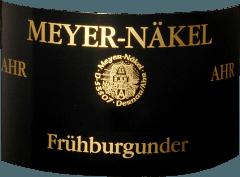 Der Frühburgunder von Meyer-Näkel von der Ahr offenbart im Weinglas eine leuchtende, Farbe. Schwenkt man das Glas, dann kann man bei diesem Rotwein eine perfekte Balance wahrnehmen, denn er zeichnet sich an den Glaswänden weder wässrig noch sirup- oder likörartig ab. Dieser sortenreine deutsche Wein schmeichelt im Glas herrlich ausdrucksstarke Noten von Maulbeeren, Pflaumen, Heidelbeeren und Brombeeren. Hinzu gesellen sich Anklänge von Vanille, Zimt und Bitterschokolade. Der Meyer-Näkel Frühburgunder präsentiert sich dem Weinfreund angengehm trocken. Dieser Rotwein zeigt sich dabei nie grobschlächtig oder karg, sondern rund und geschmeidig. Am Gaumen präsentiert sich die Textur dieses ausgeglichenen Rotweins wunderbar seidig und dicht. Durch die moderate Fruchtsäure schmeichelt der Frühburgunder mit samtigem Gaumengefühl, ohne es gleichzeitig an Frische missen zu lassen. Im Abgang begeistert dieser Rotwein aus der Weinbauregion die Ahr schließlich mit beachtlicher Länge. Es zeigen sich erneut Anklänge an Pflaume und schwarze Johannisbeere. Vinifikation des Meyer-Näkel Frühburgunder Der balancierte Frühburgunder aus Deutschland ist ein reinsortiger Wein, gekeltert aus der Rebsorte Frühburgunder. Der Frühburgunder ist ein Alte Welt-Wein im besten Sinne des Wortes, denn dieser Deutsche Wein versprüht einen außergewöhnlichen europäischen Charme, der ganz klar den Erfolg von Weinen aus der Alten Welt unterstreicht. Einen nicht von der Hand zu weisenden Einfluss auf die Reifung des Lesegutes hat zudem der Fakt, dass die Frühburgunder-Trauben unter dem Einfluss eines eher kühlen Klimas gedeihen. Dies äußert sich unter anderem in besonders lange und gleichmäßig Trauben und eher moderatem Alkoholgehalt im Wein. Die Beeren für diesen Rotwein aus Deutschland werden, nachdem die optimale Reife sichergestellt wurde, ausschließlich von Hand . Nach der Handlese gelangen die Trauben zügig ins Presshaus. Hier werden sie sortiert und behutsam gemahlen. Anschließend erfolgt die Gärung