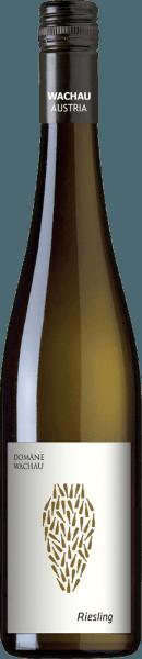 Der naturbelassene, rebsortenreine Amphora Riesling von Domäne Wachau ist schon eine kleine Besonderheit aus dem österreichischen Weinanbaugebiet Wachau. Keiner österreichischen Qualitätskategorie kann dieser Wein zugeordnet werden. Daher wird dieser Weißwein nach Österreichischen Weingesetz offiziell als Wein aus Österreich mit Angabe von Jahrgang und Rebsorte klassifiziert. Im Glas schimmert dieser Wein in einem zarten Goldgelb mit dezenten bronzenem Schimmer. Sehr intensiv, aromatisch und vielschichtig umspielt das Bouquet die Nase. Es entfalten sich exotische Früchte zusammen mit frischer Grapefruit, Noten nach Bienenwachs sowie Honig, würzige Anklänge nach Nelke und Vanille und abschließend ein Hauch nach Zitronenschale. Der Gaumen wird vollkommen von der aromatischen Fülle, Intensität und Vielschichtigkeit eingenommen. Feinste Gerbstoffnuancen verschmelzen mit saftiger Pfirsich, Marzipan, Karamell, Nelken und Zartbitterschokolade zu einem wahren Aromenfeuerwerk. Dieser österreichische Weißwein ist ein wahrer Kraftprotz mit sehr guter Struktur und rassig-lebendiger Säure. Die Spannung hält bis in das nicht enden wollende Finale. Vinifikation des Domäne Wachau Amphora Riesling Die Riesling-Trauben für diesen außergewöhnlichen Weißwein werden Ende Oktober sorgsam von Hand gelesen. Ist das Lesegut im Weinkeller der Domäne Wachau angekommen, werden die Beeren vollständig entrappt, gequetscht und in Amphoren (300 Liter Volumen) spontan vergoren. Der Gärprozess dauert ca. 5 Wochen. Anschließend lagert dieser Wein für 5 Monate auf der Maische. Nach der Lagerung wird dieser Weißwein behutsam abgezogen und die restliche Maische mit kleinen Hydropressen von Hand gepresst. Im Dezember erfolgt die Flaschenabfüllung - ungeschönt undunfiltriert. Speiseempfehlung für den Riesling Domäne Wachau Amphora Diesen trockenen Weißwein aus Österreich sollten Sie einfach nur Solo genießen. Lassen Sie sich von der Aromenvielfalt verwöhnen und entdecken Sie selbst jede einzelne Facette. 
