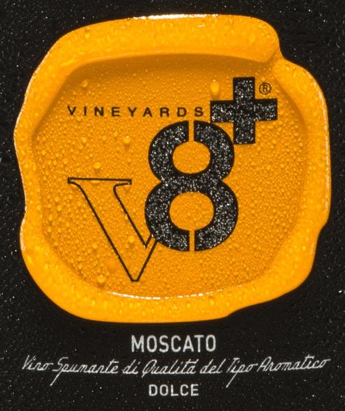 Ein wundervoll aromatischer und prickelnd-süßer Schaumwein ist der Sior Gildo Moscato Spumante Dolce von Vineyards v8+. Dieser Spumante wird ausschließlich aus der Rebsorte Moscato vinifiziert. Im Glas zeigt sich ein strahlendes Strohgelb und die Perlage steigt in feinen Perlenschnüren auf. Das balancierte Bouquet offenbart zarte Aromen nach frischen Zitrusfrüchten, saftigen Aprikosen und ein sehr feiner Hauch kandierte Mandeln. Am Gaumen ist dieser Spumante herrlich vollmundig mit aromatischer Fruchtfülle und angenehmer Süße. Durch den geringen Alkoholgehalt versprüht dieser Schaumwein eine herrliche Leichtigkeit und Frische. Speiseempfehlung für denVineyards v8+Sior Gildo Moscato Spumante Dolce Dieser Spumante aus Italien ist ein toller Begleiter zu allerlei Desserts - besonders schmackhaft zu Fruchttörtchen, frischem Gebäck oder auch zu cremigen Quarkspeisen mit Fruchtmus-Topping.