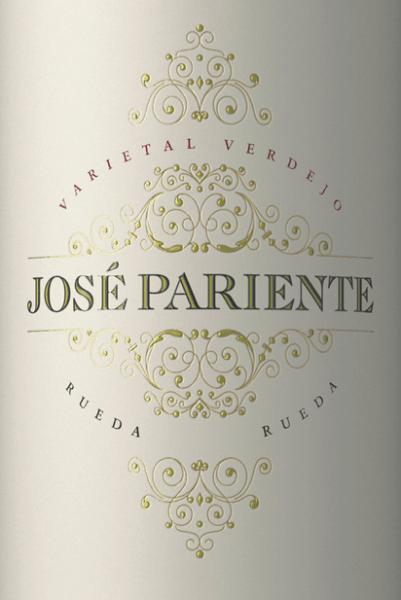 Der elegante Varietal Verdejo aus der Feder von José Pariente fließt mit leuchtendem Hellgelb ins Glas. Die erste Nase des Varietal Verdejo zeigt Noten von Akazien, Gallia-Melone und Papayas. Den fruchtigen Teilen des Bouquets gesellen sich noch mehr fruchtig-balsamische Nuancen hinzu. Der José Pariente Varietal Verdejo begeistert durch sein elegant trockenes Geschmacksbild. Er wurde mit außergewöhnlich wenig Restzucker auf die Flasche gebracht. Wie man es natürlich bei einem Wein im hohen Qualitätsweinbereich erwarten kann, so verzückt dieser Spanier natürlich bei aller Trockenheit mit feinster Balance. Exzellenter Geschmack braucht nicht unbedingt viel Restzucker. Auf der Zunge zeichnet sich dieser ausgeglichene Weißwein durch eine ungemein cremige Textur aus. Das Finale dieses jugendlichen Weißwein aus der Weinbauregion Kastilien - León, genauer gesagt aus Rueda DO, besticht schließlich mit gutem Nachhall. Der Abgang wird zudem von mineralischen Noten der von Kies dominierten Böden begleitet. Vinifikation des Varietal Verdejo von José Pariente Dieser balancierte Weißwein aus Spanien wird aus der Rebsorte Verdejo vinifiziert. Die Trauben wachsen unter optimalen Bedingungen in Kastilien - León. Die Reben graben hier ihre Wurzeln tief in Böden aus Kies. Nach der Lese gelangen die Weintrauben umgehend in die Kellerei. Hier werden sie sortiert und behutsam aufgebrochen. Anschließend erfolgt die Gärung im Edelstahltank bei kontrollierten Temperaturen. Nach dem Abschluss der Gärung kann sich der Varietal Verdejo für 2 Monate auf der Feinhefe weiter harmonisieren.. Speiseempfehlung für den Varietal Verdejo von José Pariente Trinken Sie diesen Weißwein aus Spanien am besten gut gekühlt bei 8 - 10°C als begleitenden Wein zu Zwiebelkuchen mit Thymian, Spargelsalat mit Quinoa oder Gemüsesalat mit roter Beete.