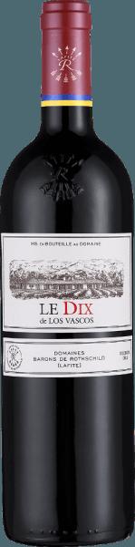 Der Le Dix von Viña Los Vascos ist eine faszinierende, elegante und charakterstarke Rotwein-Cuvée aus dem chilenischen Weinanbaugebiet Valle de Colchagua. Dieser Rotwein wird aus den RebsortenCabernet Sauvignon, Syrah und Carmenère vinifiziert. Dieser Wein schimmert in einem tiefen Rubinrot mit purpurroten Glanzlichtern im Glas. Das ausdrucksstarke Bouquet dieses chilenischen Rotweins duftet intensiv nach Dörrpflaume, reifen dunklen Kirschen und Himbeeren. Am Gaumen werden die Fruchtaromen mit schönen Röstnoten begleitet. Nuancen von Schokolade und Zimt ergänzen das opulente Fruchtbouquet. Fleischige Tannine sind in den vollen Körper integriert und verleihen dieser Cuvée Kraft und eine bemerkenswerte Komplexität. Das Finale dieses Jubiläums-Rotweins wird von einem wunderbar langem Nachhall begleitet. Vinifikation des Viña Los Vascos Le Dix Der Grande Vin Le Dix wurde zum ersten Mal anlässlich des zehnjährigen Jubiläums des Engagements der Familie Barons de Rothschild (Lafite) in Chile selektiert. Es werden für diesen Wein ausschließlich Cabernet Sauvignon Trauben von außerordentlicher Qualität aus Rebstöcken der Einzellage Los Frailes, die älter als 70 Jahre sind, verwendet. Durch die selektive Lese in mehreren Durchgängen konnten die Trauben im perfekten reifen Zustand geerntet werden. Die Gärung erfolgt langsam und schonend im Edelstahltank. Der Wein wird anschließend für 18 Monate in neuen Barriques ausgebaut. DerLe Dix de Los Vascos wird in sehr begrenzter Menge hergestellt. In schlechten Jahrgängen verzichtet man ganz auf seine Erzeugung. Speiseempfehlung für denLe Dix de Los Vascos Wir empfehlen Ihnen diesen trockenen Rotwein aus Chile zu Schmorgerichten vom Rindfleisch oder Wild begleitet dieser Wein ebenso hervorragend. Gerne können Sie den Le Dix auch Solo genießen. Dieser Rotwein sollte mindestens 2 Stunden vorher dekantiert werden. Auszeichnungen für denLe Dix de Los Vascos von Viña Los Vascos Mundus Vini: Silber für 2014 Decanter Awards: Silber für 2014 