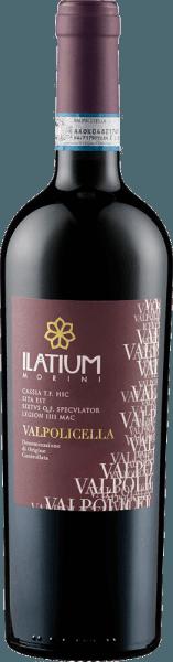 Der Valpolicella DOC von Latium Morini leuchtet im Glas in einem intensiven Brombeerrot und entfaltet seine sortentypischen Aromen von Kirschen und dunklen Beeren, wie Brombeeren. Diese Cuvée ist am Gaumen intensiv, gefällig und saftig . Ein elegant frischer und tanninhaltiger Wein mit einer guten Struktur. Vinifikation für den Valpolicella DOC von Latium Morini Diese Cuvée besteht aus den Rebsorten Corvina, Rondinella und Croatina. Deren Rebstöcke wurzeln auf Kalk-Lehmböden in der Region Mezzane di Sotto. Nach der Lese folgt die Entbeerung und Pressung, mit anschließender Kaltmazeration für 12-18 Stunden bei 7-8°Celsius. Die Gärung findet bei kontrollierter Temperatur statt, der Ausbau dieses Weines erfolgt im Edelstahltank. Speiseempfehlung für den Valpolicella DOC von Latium Morini Genießen Sie diesen trockenen Rotwein zu Vorspeisen und Pasta, rosa Fleisch und Wurst. Auszeichnungen für den Valpolicella DOC von Latium Morini Gambero Rosso: 1 Glas (Jahrgang 2016) Wine Spectator: 85 Punkte (Jahrgang 2012)
