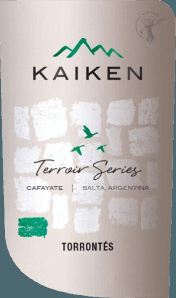 Der Terroir Series Torrontes von Viña Kaiken ist ein frischer, rebsortenreiner Weißwein aus dem argentinischen Weinanbaugebiet Salta von den Weinbergen Valle de Cafayate. Im Glas leuchtet dieser Wein in einem strahlenden Grüngelb mit goldenen Reflexen. Das üppig fruchtige und elegante Bouquet offenbart sortentypische Aromen nach Limetten, Grapefruit und frisch geriebener Orangenschalen. Dazu gesellen sich wunderbar eingewobene Noten nach Trauben und Blüten. Herrlich frisch und lebendig präsentiert sich dieser argentinische Weißwein am Gaumen. Die rassige Säure ist perfekt in den knackigen Körper eingebunden und begleitet bis in das Finale von schöner Länge. Vinifikation des Kaiken Torrontes Terroir Series Im März werden die Torrontes Trauben für diesen Weißwein in Cafayate gelesen. Das Lesegut wird in kleine Kistchen gesammelt und umgehend in die Weinkellerei von Kaiken gebracht. Dort werden die Beeren vollständig entrappt und sanft gemahlen. Ca. 15% des Leseguts werden für 4 Stunden kalt eingemaischt. Dadurch gewinnt dieser Wein zusätzlich an Komplexität. Danach wird der Most für ca. 3 Wochen temperaturkontrolliert (12 bis 16 Grad Celsius) in Edelstahltanks vergoren. Nach abgeschossenem Gärprozess verbleibt dieser Wein für 6 Monate auf der Feinhefe. Speiseempfehlung für den Torrontes Terroir Series Kaiken Genießen Sie diesen trockenen Weißwein aus Argentinien gut gekühlt als Aperitif. Dieser Wein passt auch hervorragend zu Fisch in feinen Saucen, frischer Pasta mit knackigen Gemüse, asiatische Gerichte mit leichter Würze oder auch zu milden Ziegenkäse.