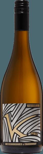 DerChardonnay & Weißburgunder trocken von Lukas Kesselring aus dem deutschen Weinanbaugebiet Pfalz ist eine harmonische, beeindruckende und ausgeglichene Weißwein-Cuvée, die aus biologisch angebauten Chardonnay und Weißburgunder Trauben vinifiziert wird. Im Glas erstrahlt dieser Wein in einem strahlenden Strohgelb mit hellgoldenen Glanzlichtern. Tropische Früchte (besonders Honigmelone und Banane) ergänzt um Weinbergpfirsiche offenbart das fruchtige Bouquet. Dazu gesellen sich noch florale Noten nach weißen Blüten. Am Gaumen besitzt dieser deutsche Weißwein einen fülligen Körper. Der Chardonnay schenkt die sortentypische Würze - der Weißburgunder eine schöne Fülle.Trotz der Kraft hat diese Cuvée eine wundervoll lebendige Frische, die den ausgewogenen, eleganten und trinkfreudigen Charakter perfekt unterstreicht. Speiseempfehlung für denKesselringChardonnay & Weißburgunder Dieser trockene Bio-Weißwein aus Deutschland ist ein hervorragender Begleiter zu knackigen Gemüsepfannen, Hähnchenbrust auf Blattspinat oder auch zu gedünstetem Zander mit Wirsinggemüse.