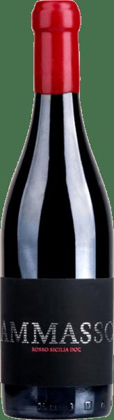 Der Ammasso Rosso Sicilia von Barone Montalto zeigt sich in einem leuchtenden Purpurrot. Dieser Rotwein hält ein opulentes und zugleich sanft balanciertes Bouquet bereit, dass vollreife Beerenfrüchte wie schwarze Johannisbeeren, Blaubeere, Himbeere und auch Nuancen von Kirschkonfit enthält. Kandierte Noten und geröstete Anklänge gesellen sich hinzu. Am Gaumen ist der Ammasso von Barone Montalto herrlich schmackhaft und sinnlich. Zarter Schmelz und runde Tannine machen diese Cuvée aus Sizilien zu einem besonderen Erlebnis. Ein eleganter und bemerkenswert kraftvoller Wein. Vinifikation des Ammasso von Barone Montalto Die Trauben für den Ammasso stammen aus verschiedenen Weinbergen Siziliens und werden im Passito-Verfahren, also durch Antrocknen der Trauben, konzentriert. Nach dem acht- bis zehnmonatigen Ausbau in französischen Barriques reift diese Cuvée aus Nero d'Avola, Nerello Mascalese, Merlot und Cabernet Sauvignon für weitere vier Monate auf der Flasche, bevor der Wein endlich in den Handel kommt. Foodpariring für den Barone Montalto Ammasso Rosso Sicilia Genießen Sie diesen Süditaliener entweder solo oder zu gemischten Vorspeisen, Entenkeule mit Lebkuchenkruste an Orangensoße mit Couscous oder zu Geflügelspießen.
