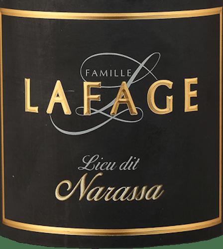 Der Lieu Dit Narassa der Domaine Lafage kommt mit dichtem Purpurrot ins Glas und offenbart ein Bouquet voller dunkler Beeren wie Brombeeren und vollreife Himbeeren. Auch saftige sowie getrocknete Pflaumen kommen uns in den Sinn.Weiter ergänzen getrocknete Kräuter wie Thymian und etwas Lavendel sowie erdige Noten, Schokolade, etwas Zimt und Zedernholz und auch Pfeffer und schwarze Oliven das Bouquet dieses Rotweins. Am Gaumen ist dieser französische Rotwein sehr füllig, kraftvoll und samtig-seidig. Die vitale Fruchtsäure hält die opulenten Aromen in der Balance und macht den Narassa von Lafage trotz seiner Opulenz zu einem eleganten Gaumenschmeichler. Im Nachhall zeigt sich wieder viel Frucht, gepaart mit Mineralität und Würze. Vinifikation des Lafage Narassa Der Lieu Dit Narassa von Lafage hat seinen Ursprung in besonders alten Grenache- und Syrah-Reben. Diese wurzeln tief in den braunen verwitterten Schieferböden rund um Maury entlang der Südhänge des Massif des Corbières. Nach der besonders peniblen Auslese der Trauben werden diese für den Narassa in der Kellerei von Lafage gepresst und eingemaischt. Nach der temperaturgesteuerten Gärung erfolgt die Reifung dieses Weines in Betontanks und zu 20% in Demi-Muids, Fässern mit ca. 650 Litern Fassungsvermögen. Speiseempfehlung für denLieu Dit Narassa Dieser trockene Rotwein aus Frankreich ist ein herrlicher Winterwein, der aber auch in der Sommerzeit leicht gekühlt gerade zu gegrilltem Rindfleisch oder zu Lamm eine perfekte Figur macht. Auszeichnungen für den Narassa von Lafage Jeb Dunnuck: 93 Punkte für 2018 Robert M. Parker - The Wine Advocate: 91 Punkte für 2016 Robert M. Parker - The Wine Advocate: 93 Punkte für 2015 Robert M. Parker - The Wine Advocate: 93 Punkte für 2014