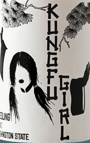 Der Kung Fu GirlRieslingvon Charles Smith Wineserscheint in einem hellen Gelb mit grünen Reflexen im Glas. Das Bouquet dieses Rieslings wird von Mineralien, saftigen Nektarinen, Mirabellen und weißem Pfirsich getragen. Die feine Rieslingsäure dieses amerikanischen Weißweines wirkt animierend und durch seine mundfüllende Fruchtigkeit entsteht ein weicher und langer Abgang. Vinifkation des Kung Fu GirlRiesling Die Reben für diesen Riesling wurden 1998 von dem Rebguru Jerry Milbrandt in der Nähe des Columbia Rivers gepflanzt. Im Rücken der Rebreihen befinden sich steile Felsen, die die Reben schützen, der nahe gelegene Fluss dient als Wärmeregulator. Der Boden besteht aus Basalt- und Kalkverwitterungsstein, die ein Überbleibsel der letzten Eiszeit sind. Er ist reich an Mineralien und lässt Regenwasser schnell in tiefere Schichten abfließen. Das sorgsam geerntete Traubenmaterial wurde nach der Lese in temperaturkontrollierten Edelstahltanks vinifiziert. Speiseempfehlung für den Charles Smith Kung Fu Riesling Genießen Sie diesen halbtrockenen Weißwein zu süßen und würzigen asiatischen Gerichten, Sushi oder gegrilltem Hühnchen. Auszeichnungen für den Riesling Charles Smith Kung Fu Berliner Wine Trophy: Gold für 2016 Wine Spectator: 89 Punkte für 2016 Robert Parker / The Wine Advocate: 90 Punkte für 2015, 2014, 2013,2012, 2011 Wine Spectator: 90 Punkte für 2015 Jancis Robinson: 16 Punkte für 2015