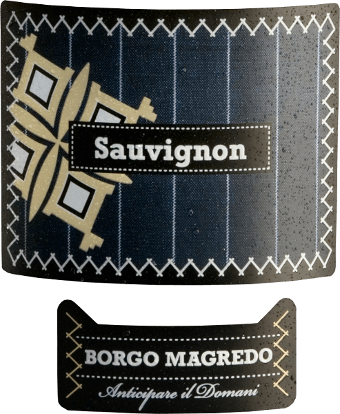DerSauvignon von Borgo Magredo ist ein wunderbarer, rebsortenreiner Weißwein aus dem Anbaugebiet Friuli Grave. Im Glas leuchtet dieser Wein in einer hellgelben Farbe mit grünlichem Schimmer. Das Bouquet überzeugt mit aromatischen Noten nach reifen Stachelbeeren, Holunderbeeren und Anklängen an Brennnessel. Der Gaumen lässt sich von einer feinen Säurestruktur und einer ausgewogenen, vollen Persönlichkeit verwöhnen. Das Finale ist wunderbar angenehm. Speiseempfehlung für den Borgo Magredo Sauvignon Blanc Genießen Sie diesen trockenen Weißwein aus Italien als Aperitif oder als Begleiter zur asiatischen Küche, zu Spargel und mediterranen Gemüseaufläufen.