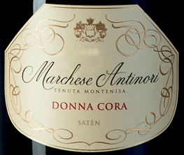 Der Marchese Antinori Donna Cora Satèn Millesimé Franciacorta DOCG von Tenuta Montenisa der Marchesi Antinori ist ein Jahrgangssekt, der nur in den besten Jahrgängen erzeugt wird. Der Donna Cora Satèn Millesimé Franciacorta DOCG glänzt in blassem Strohgelb im Glas mit sehr zarten goldenen Reflexen, der dichte, cremige Schaum wird durch eine sehr delikate und nachhaltige Perlage gebildet. Das Bouquet lädt großzügig ein mit feinen Aromen, die an Blüten und weißes Obst, insbesondere weißer Pfirsich erinnern, facettenreich und sehr ansprechend. Am Gaumen begeistert dieser Satèn Franciacorta durch seine Vollmundigkeit, Eleganz und Komplexität, die durch eine schöne, lebhafte Frische ergänzt werden. Das Finale ist voller Harmonie, ausgewogen, fein und nachhaltig. Vinifikation des Marchese Antinori Donna Cora Satèn Millesimé Franciacorta DOCG von Tenuta Montenisa Dieser Spumante Satèn Metodo Franciacorta wird aus 100% Chardonnay aus den gutseigenen Weinbergern vinifiziert und bringt den Reichtum und Vielseitigkeit der Chardonnay-Traube zum Ausdruck. Der ganzen Trauben werden direkt sanft gepresst. Der erste Most aus dieser Pressung wird einer alkoholischen Gärung im Edelstahltank und in kleinen Barriques unterzogen. Zum Frühjahr des Folgejahres nach der Weinlese beginnt der Wein die malolaktische Gärung und den Ausbau auf den Feinhefen in der Flasche über 60 Monate. Speiseempfehlungen für den Marchese Antinori Donna Cora Satèn Millesimé Franciacorta DOCG von Tenuta Montenisa Genießen Sie diesen exquisiten Satèn Millesimé als Aperitif oder als idealen Begleiter zu Pasta mit Fisch, Fisch aus dem Ofen und hellem Fleisch.