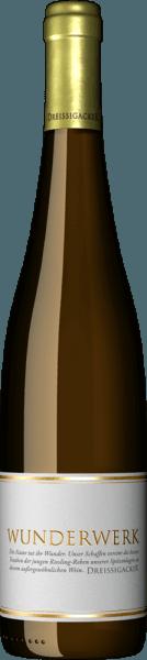 Der Wunderwerk Riesling von Dreissigacker ist ein zertifizierter Bio-Wein, der einen sehr aromatischen Duft, welcher viel Fruchtigkeit von Steinobst wie Pfirsich und Mirabelle in sich trägt, versprüht. Dazu sind Noten von Marillenkompott und exotische Anklänge von Lychee und Ananas sowie orientalische Gewürze wie Curry erspürbar. Am Gaumen des Wunderwerk Riesling von Dreissigacker zeigt sich eine enorme Vielfalt Kandiertes Obst mit viel Textur und Stoff ist wahrnehmbar, genauso wie man die Exotik der Mango und Marille schmeckt. Dieser Weißwein aus Rheinhessen entfaltet aus dem Hintergrund kommend eine subtile Mineralität, die sich kraftvoll und mit angeschmiegter Säure verbreitet.