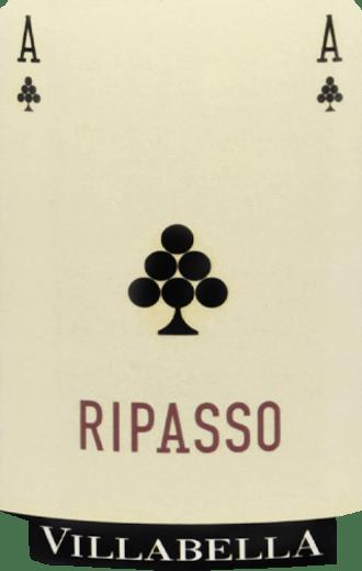 Der Valpolicella Ripasso DOC Classico Superiore von Vigneti Villabella in Venetien fliesst mit einem kräftigen Kirschrot ins Glas. An der Nase überzeugt dieser Valpolicella Ripasso mit herrlichen, intensiven Duftnoten von dunklen Früchten, Kirsche, Brombeere, Heidelbeere und Pflaume. Untermalt werden diese Fruchtaromen sowie von würzigen Nuancen. Am Gaumen zeigt dieser trockene Rotwein eine beachtliche Struktur und vereint die saftigen Fruchteindrücke mit würzigen Anklängen, in denen sich Zimt, Nelke und Pfeffer erkennen lassen. Schließlich geht dieser Rotwein in einen langen, üppigen Nachhall über. Vinifikation des Valpolicella Ripasso Classico Superiore von Vigneti Villabella Dieser Valpolicella Ripasso aus 70% Corvina, 20% Rodninella und 10% Corvinone wird nach dem traditionellen Ripasso-Verfahren hergestellt. Dafür wird der Wein ein zweites Mal auf dem Trester des Amarone vergoren. Der Ausbau erfolgt dann für zwei Jahre in großen Holzfässern aus slawonischer Eiche und teilweise in Barriques. Danach erfolgt noch eine weitere Verfeinerungszeit des Weines in der Flasche. Speiseempfehlung für den Valpolicella Ripasso Classico Superiore von Vigneti Villabella Genießen Sie diesen trockenen Rotwein zu Lende in Blätterteig an Paprikasauce oder zu Käsesorten wie Bergkäse, Edamer und Hirtenkäse. Auszeichnungen für den Valpolicella Ripasso Classico Superiore von Vigneti Villabella MUNDUS VINI: Silber (Jahrgänge 2015, 2014, 2013) Gambero Rosso: 2 Gläser (Jahrgänge 2015, 2014, 2012) Decanter World Wine Awards: Silber (Jahrgang 2014) Decanter: 91 Punkte, sehr empfehlenswert (Jahrgang 2014)