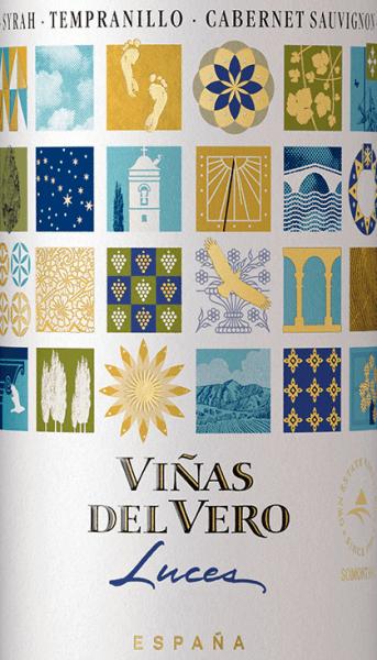 Im spanischen Anbaugebiet DO Somontano wachsen die Trauben für die schöne Rotwein-CuvéeLuces Tinto von Viñas del Vero. Dieser Rotwein wird aus den Rebsorten Syrah, Tempranillo und Cabernet Sauvignon vinifiziert. Ein strahlendes Rubinrot mit violetten Glanzlichtern leuchtet bei diesem Wein im Glas. Das Bouquet überzeugt die Nase mit einer ausdrucksvollen Aromatik nach reifen Kirschen, Brombeeren, schwarze Johannisbeeren und dezente Anklänge nach Gewürzen. Durch den Holzausbau gesellen sich noch feine Röstnoten hinzu. Der Gaumen lässt sich von einer harmonischen Fülle und einer beerigen Aromatik (insbesondere Brombeeren und Himbeeren) mit würzigen Noten verwöhnen. Die Tannine sind herrlich weich und schmiegen sich an den runden Körper. Die feine Säurefrische sorgt für ein unkompliziertes Trinkvergnügen. Speiseempfehlung für denViñas del VeroLuces Tinto Dieser trockene Rotwein aus Spanien ist ein toller Begleiter zu gemütlichen Grillabenden. Oder reichen Sie diesen Wein zu gemischten Vorspeisen und pikanten Pasta-Gerichten.