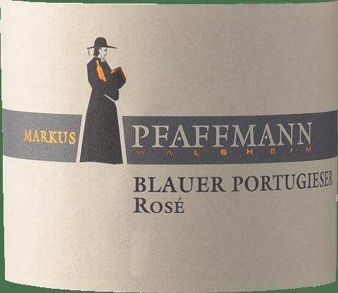 Der Blauer Portugieser Rosé von Markus Pfaffmann aus der Pfalz offeriert im Weinglas eine brillante, kräftig rosérote Farbe. Im Glas offeriert dieser Roséwein von Markus Pfaffmann Aromen von Schattenmorellen, Pflaumen, Zwetschken und Schwarzkirschen, ergänzt um weitere fruchtigen Nuancen. Der Blauer Portugieser Rosé kann als besonders fruchtbetont und samtig bezeichnet werden, da er mit einem wunderbar lieblichen Geschmacksprofil vinifiziert wurde. Leichtfüßig und vielschichtig präsentiert sich dieser knackige Roséwein am Gaumen. Durch seine präsente Fruchtsäure zeigt sich der Blauer Portugieser Rosé am Gaumen beeindruckend frisch und lebendig. Das Finale dieses Roséweins aus der Weinbauregion Pfalz begeistert schließlich mit gutem Nachhall. Vinifikation des Blauer Portugieser Rosé von Markus Pfaffmann Der elegante Blauer Portugieser Rosé aus Deutschland ist ein reinsortiger Wein, hergestellt aus der Rebsorte Blauer Portugieser. Nach der Handlese gelangen die Weintrauben auf schnellstem Wege ins Presshaus. Hier werden sie selektiert und behutsam aufgebrochen. Es folgt die Gärung im Edelstahltank bei kontrollierten Temperaturen. Der Gärung schließt sich eine Reifung für einige Monate auf der Feinhefe an, bevor der Wein schließlich in Flaschen abgefüllt wird. Speiseempfehlung zum Markus Pfaffmann Blauer Portugieser Rosé Dieser Deutsche Wein sollte am besten gut gekühlt bei 8 - 10°C genossen werden. Er passt perfekt als Begleiter zu Jamaikanischen Hähnchenkeulen mit Ananassalat, Zwiebelkuchen mit Thymian oder Kokos-Limetten-Fischcurry.