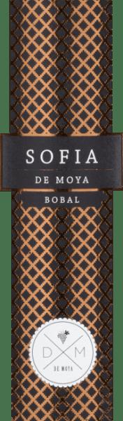 Der Sofia Bobal von Bodega De Moya in der Region Valencia in Spanien ist ein faszinierender Wein aus der spanischen Rebsorte Bobal in Kombination mit Cabernet Sauvignon. Dieser Rotwein ist eine Hommage an seine Frau Sofia. Es zeigt sich eine dichte, tiefdunkle rubinrote Farbe im Glas. Diese exzellente Rotwein-Cuvée wartet mit einem reichhaltigen Bouquet auf. In der Nase dominieren Noten nach Gewürzen und Aromen nachreifen Früchten mit mineralischen und rauchigen Anklängen. Am Gaumen gibt sich dieser spanische Rotwein körperreich, samtig und ausgesprochen saftig. Geschmacksnoten nach reifen Früchten, schön eingebunden in weiche Tannine, leichte Anklänge von Menthol, die ihm eine gewisse Frische verleihen. Lang anhaltender, weicher Abgang. Vinifikation des Sofia Bobal De Moya Der De Moya Sofia Bobal wird als Cuvée aus 93% Bobal und 7% Cabernet Sauvignon gekeltert, die nach ökologischen Richtlinien angebaut und gepflegt werden. Die Weingärten liegen auf 850 m Höhe, die Rebstöcke sind 70 bis 90 Jahre alt. Sie wachsen auf kargen lehmigen und sandigen Böden mit vielen Kieselsteinen. Die Weinlese erfolgt selektiv in 15 kg-Kisten. Nach der Lese werden die Trauben für 24 Stunden auf 4 Grad Celsius heruntergekühlt. Die temperaturkontrollierte Maischegärung erfolgt ausschließlich in Holzstahltanks, der Maischehut wird im Lauf der 26 bis 34 Tage andauernden Gärung manuell sanft untergehoben, ausschließlich aus nicht gepressten Trauben, einer traditionellen spanischen Methode zur Herstellung hochwertiger, komplexer Weine. Der Ausbau erfolgt daraufhin über 18 Monate in ausgewählten neuen, kleinen französischen Barriques. Speiseempfehlung für den Bodega De Moya Sofia Bobal Ein beeindruckender, dichter Spanier, der auch begeistert wenn man diesen als Solist genießt. Dieser trockene Rotwein passt hervorragend zu opulenten Braten mit kräftigen Soßen, Fleischeintöpfen, Wildgerichten vom Haarwild bis Federwild aber auch zu klassischem spanischen Schinken und Aufschnitt. Es wird empfohl