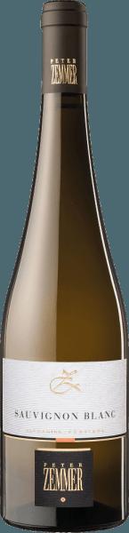 Der Sauvignon Blanc Südtirol von Peter Zemmer aus Trentino-Alto Adige zeigt im Glas eine leuchtende, hellgelbe Farbe. Idealerweise in ein Weißweinglas eingegossen, offenbart dieser Weißwein aus Italien herrlich ausdrucksstarke Aromen nach Quitte, Zitrone, Limette und Schattenmorelle, abgerundet von Garrigue, mediterrane Kräuter und Liebstöckel. Dieser trockene Weißwein von Peter Zemmer ist perfekt für Weintrinker, die es absolut trocken mögen. Der Sauvignon Blanc Südtirol kommt dem bereits sehr nahe, wurde er doch mit gerade einmal 0,5 Gramm Restzucker vinifiziert. Am Gaumen präsentiert sich die Textur dieses ausgeglichenen Weißweins wunderbar leicht. Durch seine präsente Fruchtsäure präsentiert sich der Sauvignon Blanc Südtirol am Gaumen traumhaft frisch und lebendig. Das Finale dieses Weißweins aus der Weinbauregion Trentino-Alto Adige begeistert schließlich mit gutem Nachhall. Vinifikation des Sauvignon Blanc Südtirol von Peter Zemmer Dieser Wein legt den Fokus klar auf eine Rebsorte, und zwar auf Sauvignon Blanc. Für diesen außergewöhnlich balancierten sortenreinen Wein von Peter Zemmer wurde nur erstklassiges Traubenmaterial verwendet. Nach der Handlese gelangen die Trauben umgehend ins Presshaus. Hier werden Sie selektiert und behutsam gemahlen. Anschließend erfolgt die Gärung im Edelstahltank bei kontrollierten Temperaturen. Der Vinifikation schließt sich eine Reifung für einige Monate auf der Feinhefe an, bevor der Wein schließlich abgefüllt wird. Speiseempfehlung für den Sauvignon Blanc Südtirol von Peter Zemmer Dieser Italiener sollte am besten moderat gekühlt bei 11 - 13°C genossen werden. Er eignet sich perfekt als begleitenden Wein zu gebackenen Schafskäse-Päckchen, Spinatgratin mit Mandeln oder Rumtopf.