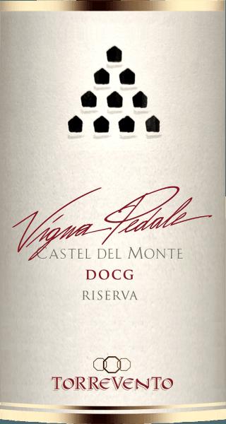 """Castel del Monte - das achteckige Jagdschloss von Friedrich II. steht im nördlichsten Teil der Murgia, ist Weltkulturerbe und in Italien weithin bekannt. Dieses ikonische Bauwerk ziert die Rückseite der 1-Cent Münze, diente als Vorbild für die Kulisse des Bibliotheks-Turmes im Erfolgsfilm """"Der Name der Rose"""" und erscheint auch im Logo des Weingutes Torrevento.  Die Weintrauben für den Vigna Pedale entstammen Rebstöcken, die älter als 30 Jahre sind und auf den kargen, steinreichen Böden in der Murgia gedeihen - nicht wenige gar in Sichtweite des Castel del Monte. Nur wenig Trauben lassen die im Buschformsystem """"Alberello"""" kultivierten Reben zu. Für die Sorte Uva di Troia ist Apulien eine der wichtigsten Regionen. Ursprünglich kam diese Sorte Wein aus Griechenland und wird hier schon über 3.000 Jahre gepflanzt. Diese auch unter dem Namen Nero di Troia bekannte Rebsorte wird für den sortenreinen Vigna Pedale genutzt.  Wichtiger als das weithin sichtbare Castel del Monte ist für das Weingut Torrevento aber das im 15. Jahrhundert erbaute Kloster. Dies wurde 1948 von Francesco Liantonio erworben. Seitdem wird das unterirdische Kellergewölbe für die Weinherstellung genutzt.   DerVigna Pedale Castel del Monte Riserva DOCG von Torrevento ist ein echter Medaillen-Jäger. Dieser sortenreine Nero di Troia aus Apulien kommt mit tiefer, rubinroter Farbe ins Glas. An den Rändern geht dieser Spitzenwein in zartes Granatrot über. Die erste Nase des Vigna Pedale von Torrevento verheißt herrliche Würze nach Pfeffer, Waldboden, Pilzen, Unterholz und allerlei schwarzen Beerenfrüchten. Thymian und mineralische Nuancen des von Kalkstein geprägten Lehmbodens runden das Bouquet des Vigna Pedale perfekt ab. Am Gaumen startet das Aushängeschild von Torrevento herrlich fleischig und griffig. Ein konzentrierter Wein mit beachtlicher Länge und griffigen, markanten Tanninen, die sich mit Luft angenehm runden, ohne ihr Profil zu verlieren. Im überraschend langen Abgang wieder eine schöne Balance vo"""