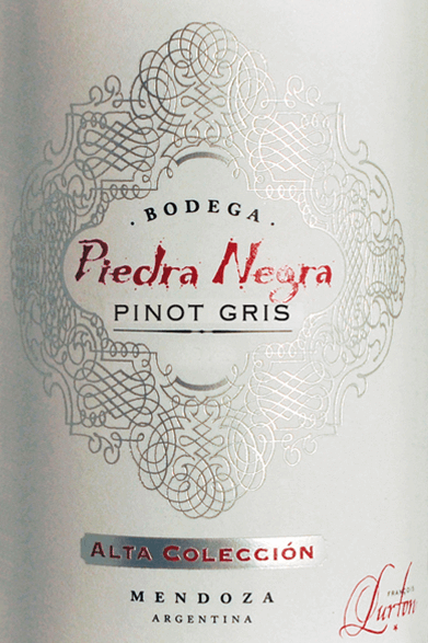 Der Alta ColleciónPinot Gris von Bodega Piedra Negrakann als hervorragender Botschafter des einzigartigen Lurton-Weinstils betrachtet werden. Eine klare Frucht, verführerische Grazie und eine unverwechselbare Persönlichkeit prägen diesen sortenreinen Pinot Gris. Das Glas erfüllt dieser Wein mit einem hell glänzenden Strohgelb samt grünlichen Reflexen. Das duftige Bouquet entfaltet frisch-fruchtige, aromatische Noten von weißem Pfirsich und Birne. Der frische, saftige Geschmack bringt jede Menge Frucht und eine lebendige Säure mit sich. Trotz allem ist dieser argentinische Weißwein weich, vollmundig und wunderbar ausgewogen und ist somit ein rassiger und charmanter Verführer. Im Nachhall hält die schöne Aromatik lange an. Vinifikation des Alta ColleciónPinot Gris von Piedra Negra Die Lese der Pinot Gris-Trauben erfolgt nachts und in den kühlen Morgenstunden. Danach wird das Lesegut umgehend in die Kellerei gebracht und vorsichtig entrappt sowie langsam gepresst. Die entstandenen Moste werden 24 Stunden kalt gestellt, sodass sich die Trubteilchen setzen können (Sedimentation) und durch Zugabe selektierter Hefen vergoren. Nach Abschluss der Vergärung bleibt dieser junge Wein für drei bis sechs Monate auf den Feinhefen zurück ehe dieser schließlich nur leicht filtriert auf die Flaschen gefüllt wird. Speiseempfehlung für den Piedra Negra Alta ColleciónPinot Gris Dieser trockene Weißwein aus Argentinien passt vortrefflich zu Pasta mit Fisch und Meeresfrüchten, Seeteufel mit provenzalischen Kräutern und Gewürzen oder geröstetem Schweinefleisch.