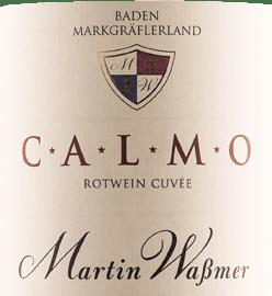 Die Rotwein-Cuvée Calmo von Martin Waßmer kommt mit dichtem Rubinrot ins Glas und überzeugt mit einer kühlen Nase, die jede Menge Würze und Aromen von Trockenpflaumen, ein wenig Mokka sowie einen Hauch Leder und Zimtstange bereithält. Am Gaumen zeigt sich der Calmo von Martin Waßmer klar und feinsaftig, rassig und belebend. Die Frucht erfüllt voll und ganz den Gaumen, der von einem Geschmack nach Trockenpflaumen, etwas Brombeere, Kaffee, schwarzem Pfeffer und viel Würze lebt. Der kräftige Körper beeindruckt mit guter Struktur und schönem Rückgrat. Seine samtige Tanninstruktur verleiht dieser deutschen Rotwein-Cuvée Komplexität und Tiefe. Der lange Abgang gibt eine rotfruchtige Mokkanote preis. Speiseempfehlung zur Calmo Rotweincuvée von Martin Waßmer Reichen Sie den Martin Waßmer Calmo zu Schmorgerichten, kurzgebratenen Gerichten wie Rinderfilet oder Lammrücken und reifem Hartkäse.