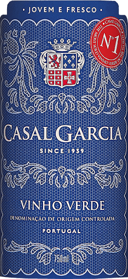 The Vinho Verde from Casal Garcia from the Portuguese wine region Minho is an uncomplicated, light-footed and wonderfully fresh white wine. This wine shimmers in a clear lemon yellow in the glass. The bouquet reveals wonderful notes of Granny-Smith apples, oranges and is perfectly accompanied by sun-ripened citrus fruits. On the palate this white wine from Portugal convinces with its unforgettable freshness, youthful style and balanced character. Summer can definitely come! Vinification of the Vinho Verde from Casal Garcia This Vinho Verde is made from the grape varieties Trajadura, Loureiro, Arinto and Azal. Selected local producers supply the best grapes for this cuvée. The grapes are gently pressed and then the temperature-controlled fermentation takes place. Before bottling, the wine is filtered and stabilised by the action of cold. The ageing process takes place exclusively in stainless steel tanks. Recommended food for the Casal Garcia Vinho Verde This Portuguese white wine is a wonderful aperitif in summer or enjoy this Vinho Verde with light oriental dishes, white meat, seafood or salads.