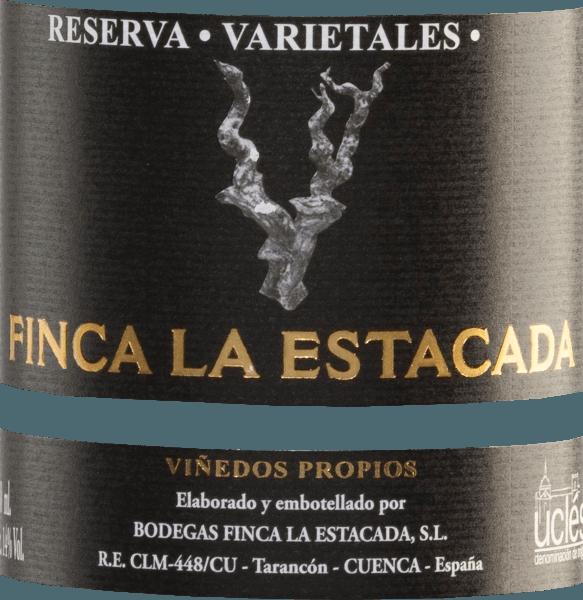 Der Varietales Reserva Tinto von Finca La Estacada ist eine wundervolle, spanische Rotwein-Cuvée aus den Rebsorten Tempranillo (40%), Cabernet Sauvignon (20%), Merlot (20%) und Syrah (20%). Das Glas erstrahlt in einem dichten Kirschrot mit leuchtend rubinroten Reflexen. Das wunderbar vielschichtige und komplexe Bouquet offenbart üppige Noten nach schwarzer Brombeermarmelade, Zedernholz, Likör, Kaffee, Rosmarin und Eukalyptus. Auch am Gaumen präsentieren sich die Aromen der Nase und werden perfekt von dem dichten Körper unterstrichen. Weiche Tannine und ein langes Finale krönen diesen facettenreichen Rotwein. Vinifikation des Tinto ReservaFinca La EstacadaVarietales Nach der Lese der Trauben für diese Rotwein-Cuvée im AnbaugebietUclés, werden die Trauben selektiert, entrappt und die Maische in Edelstahltanks vergoren. Nach dem Gärprozess rundet dieser Rotwein für 18 Monate in Fässern aus amerikanischer und französischer Eiche (Belegung jeweils zu 50%). Dadurch gewinnt dieser Wein seine wundervollen würzigen Aromen, samtigen Tannine und kraftvolle Farbe. Speiseempfehlung für den Finca La Estacada Varietales Reserva Tinto Dieser trockene Rotwein aus Spanien ist ein stilvoller Festtags-Wein, der zu Lammbraten, Rind, Hirsch, Reh und Wildschwein empfohlen werden kann. Auszeichnungen für den Reserva Tinto Varietales Finca La Estacada Mundus Vini: Gold für 2012 Guia Penin: 89 Punkte für 2010
