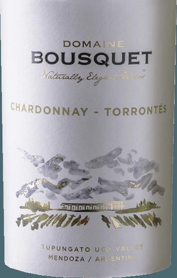 Der Chardonnay Torrontesvon Domaine Bousquet aus dem argentinischen WeinanbaugebietTupungato in Mendoza ist eine frische, harmonische und fruchtige Weißwein-Cuvée, die aus biologisch angebauten Trauben (Chardonnay, Torrontes)vinifiziert wird. Im Glas leuchtet dieser Wein in einem strahlend hellen Strohgelb mit grünlichen Glanzlichtern. Das ausdrucksvolle Bouquet verzaubert die Nase mit intensiven Aromen nach tropischen Früchten (besonders Ananas, Mango und Pfirsich) und frischen Noten nach Zitrusfrüchten - abgerundet von zart floralen Anklängen. Am Gaumen besitzt dieser argentinische Weißwein eine anhaltende und intensive Textur, in der sich die frischen Aromen der Nase widerspiegeln. Auch im Finale verliert dieser Wein nicht an kräftiger Persönlichkeit und schließt mit einem langen Nachhall ab. Vinifikation des BousquetTupungatoChardonnay Torrontes Die Rebstöcke wachsen inAlto Gualtallary (1200 Meter Höhe) auf kies- und sandhaltigen Böden.In der zweiten und dritten Februarwoche werden die Chardonnay und Torrontes Trauben von Hand gelesen. Ist das Lesegut im Weinkeller von Bousquet angekommen, wird der Most bei kontrollierter Temperatur von 15 Grad Celsius für 12 Tage in Edelstahltanks vergoren. Speiseempfehlung für denBousquetChardonnay Torrontes Genießen Sie diesen trockenen Weißwein aus Argentinien zu allerlei Gerichten der thailändischen Küche, würzig marinierten Meeresfrüchten oder auch zu fangfrischem Fisch in pikanter Sauce. Auszeichnungen für denChardonnay Torrontesvon Domaine Bousquet Descorchados: 88 Punkte für 2019