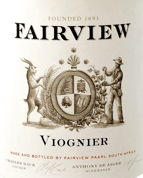 Der Estate Viognier von Fairview Wines leuchtet im Glas in einem strahlenden Zitronengelb mit grünlichen Reflexen. In der Nase entfalten sich wunderbare Aromen nach saftigen Birnen und reifen Weinbergs-Pfirsichen - unterlegt von blumig-würzigen Anklängen. Am Gaumen setzt sich die elegante Fruchtvielfalt fort. Das Finale ist unvergesslich saftig und ausgewogen. Dieser südafrikanische Weißwein überzeugt mit seiner eleganten, fruchtigen und ausgewogenen Persönlichkeit. Vinifikation für den Estate Fairview Wines Darling Vigonier In den frühen Morgenstunden werden die Viognier-Trauben für diesen Weißwein von Hand gelesen. Anschließend werden 60% dieses Weißweins im Edelstahltank ausgebaut und 40% in Fässern aus französischer Eiche. Speiseempfehlung für den Estate Vigonier Darling von Fairview Wines Genießen Sie diesen trockenen Weißwein aus Südafrika zu würzig-pikanten Gerichten, wie indisches Hähnchen-Curry, oder auch zu gegrillten Schalentieren mit würzigen Dips.