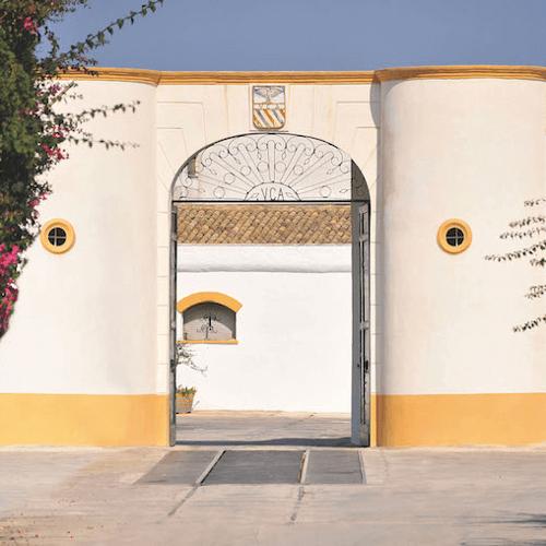 Der Eingang zum Weingut Curatolo Arini