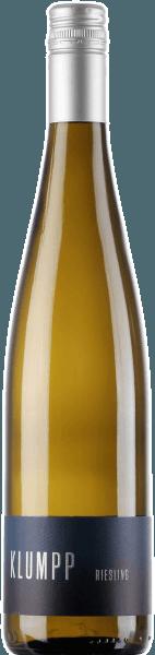Der leichtfüßige Riesling aus der Feder von Klumpp fließt mit brillantem Hellgelb ins Glas. Im Glas offeriert dieser Weißwein von Klumpp Aromen von Orangen, Aprikosen, Pampelmusen, Guaven und Pomelo, ergänzt um weitere fruchtigen Nuancen. Der Riesling von Klumpp ist der richtige Tropfen für alle Weinenthusiasten, die möglichst wenig Süße im Wein mögen. Dabei zeigt er sich aber nie karg oder spröde, wie man es natürlich bei einem Wein im gehobenen Preiseinstieg erwarten kann. Durch seine vitale Fruchtsäure offenbart sich der Riesling am Gaumen traumhaft frisch und lebendig. Vinifikation des Riesling von Klumpp Grundlage für den eleganten Riesling aus Baden sind Trauben aus der Rebsorte Riesling. Die Trauben wachsen unter optimalen Bedingungen in Baden. Die Reben graben hier ihre Wurzeln tief in Böden aus Kalkstein und Lössboden. Nach der Weinlese gelangen die Trauben zügig ins Presshaus. Hier werden sie sortiert und behutsam gemahlen. Anschließend erfolgt die Gärung im Edelstahltank bei kontrollierten Temperaturen. Nach ihrem Ende kann sich der Riesling für einige Monate auf der Feinhefe weiter harmonisieren.. Speiseempfehlung für den Riesling von Klumpp Dieser Deutsche Wein sollte am besten gut gekühlt bei 8 - 10°C genossen werden. Er passt perfekt als begleitender Wein zu Spargelsalat mit Quinoa, Gemüsesalat mit roter Beete oder Wok-Gemüse mit Fisch.