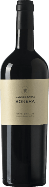DerMandrarossa Bonera erscheint im Glas in einem schönen Rubinrot mit violetten Reflexen und offenbart dabei sein ausdrucksstarkes und mediterran geprägtes Bouquet. Dieses besteht aus den Aromen von roten Früchten, mit einem Hauch von Dörrpflaumen und Mandeln. Am Gaumen ist dieser Rotwein aus Sizilien harmonisch, von guter Struktur und überzeugt mit seiner süßlichen Frucht und seinen seidigen Tanninen. Vinifikation für den MandrarossaBonera Die ebenen Weinberge liegen in Bonera, Menfi bei Agrigento, circa 90-150 Meter über dem Meeresspiegel. Die Reben für diese Cuvée aus Nero d´Avola und Cabernet Franc wachsen auf Lehm- und Sandböden. Nach einer 4-6-tägigen Maischegärung bei 15-18° Celsius reift dieser Wein 3 Monate lang im Barriquefass und weitere 4 Monate auf der Flasche. Speiseempfehlung für den Mandrarossa Bonera Genießen Sie diesen trockenen Rotwein zu geschmortem Fleisch und Wild, kräftig gebratenem Fisch und Geflügel oder zu gereiftem Käse. Auszeichnungen für den Mandrarossa Bonera Gambero Rosso: 2 schwarze Gläser