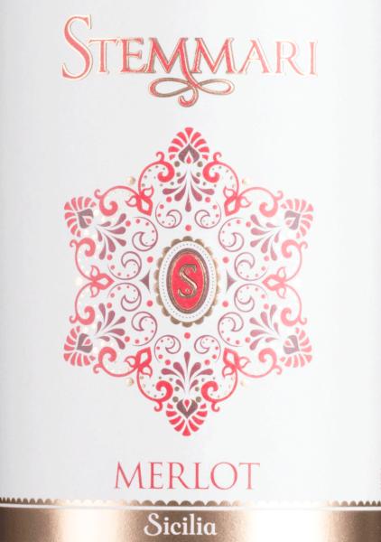 DerMerlot von Stemmariaus dem italienischen Weinanbaugebiet DOC Sicilia ist ein geschmeidiger, harmonischer und rebsortenreiner Rotwein. Im Glas schimmert dieser Wein in einem satten Rubinrot mit zart violetten Glanzlichtern. Die Nase wird von einem intensiven Aromenspiel nach reifen Früchten eingenommen - eingelegte Kirschen treffen auf saftige Himbeeren und Brombeeren, die sich nach und nach zu Beerenmarmelade entwickeln. Dazu gesellen sich noch fein-würzige Holznuancen. Am Gaumen präsentiert sich dieser italienische Rotwein mit einem mittelkräftigen Körper, der von geschmeidigen Tanninen eingehüllt wird. Auch die Aromen der Nase sind wunderbar präsent und begleiten in das angenehm anhaltende Finale. Vinifikation desStemmariMerlot Die Merlot-Trauben wachsen inSambuca di Sicilia, in der Provinz Agrigento. Erst bei Vollreife werden die Trauben Mitte September gelesen. Im Weinkeller vonStemmari werden die Beeren entrappt und anschließend bei kontrollierter Temperatur von 25 bis 26 Grad Celsius für 10 Tage in Edelstahltanks vergoren. Daran schließt die malolaktische Gärung an. Abschließend rundet dieser Rotwein für 10 Monate in Barriques aus französischer Eiche ab. Speiseempfehlung für den Merlot Stemmari Dieser trockene Rotwein aus Italien ist ein hervorragender Speisebegleiter zu Nudelauflauf, saftigen Braten frisch aus dem Ofen oder auch zu würzigen Käsesorten. Gerne können Sie diesen Wein auch an einem gemütlichen Grillabend servieren.