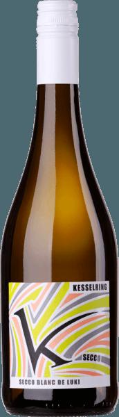 Der Secco Blanc de Luki von Lukas Kesselring ist ein spritziger, erfrischender und unkomplizierter Perlwein aus dem deutschen Weinanbaugebiet Pfalz, der aus biologisch angebauten Trauben vinifiziert wird. Im Glas schimmert dieser Wein in einem leuchtenden Hellgelb mit glitzernden Glanzlichtern. Die dezente Perlage steigt in sehr feinen Perlenschnüren an die Oberfläche. Die fruchtigen Aromen des Bouquets verwöhnen die Nase mit Noten nach saftig-reifen Beerenfrüchten, exotische Früchten und blumigen Nuancen. Am Gaumen besitzt dieser deutsche Perlwein eine wundervolle Spritzigkeit, die im dem Secco Blanc de Luki seine herrliche Frische verleiht. Auch die roten Beeren sind präsent und unterstreichen gekonnt den eleganten, schmeichelnden und lebhaften Charakter. Speiseempfehlung für denKesselringSecco Blanc de Luki Dieser Perlwein aus Deutschland darf an lauen Sommerabenden auf keinen Fall fehlen - gut gekühlt ist derSecco Blanc de Luki herrlich erfrischend. Aber auch als willkommener Aperitif oder zu leichten Fingerfood passt dieser Wein hervorragend.