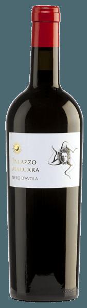 Die leuchtend rote Farbe des Nero d'Avola von Palazzo Malgara erinnert an einen strahlenden Rubin. Dieser Rotwein besitzt ein intensives Bouquet, das an üppige, reife, dunkle und rote Früchte wie Brombeeren und Maulbeeren erinnert. Am Gaumen zeigt sich ein voller, saftiger und harmonischer Charakter mit schön abgestimmter Fruchtsäure und betont dezente Tannine. Im anhaltenden Abgang sind wieder die herrliche dunkle Frucht sowie eine saftige Note wahrnehmbar. Vinifikation des Malgara Nero d'Avola Nach der vorsichtigen Lese werden die Trauben des Weinguts Palazzo Malgara entrappt und eingemaischt. Die entstandene Maische wird im Edelstahltank vergoren und ruht dort bis zur Abfüllung in die Flasche. Speiseempfehlung für denNero d'Avola Palazzo Malgara Als Begleiter zu Wurstspezialitäten oder auch zu warmen und kalten Tapas ist dieser italienische Rotwein ein wahrer Genuss.