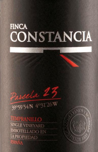 Der Einzellagen-Wein Parcela 23 Tempranillo von Finca Constancia hat seine Heimat im wunderschönen, spanischen Anbaugebiet DO La Mancha. Im Glas leuchtet dieser rebsortenreine Wein in einem satten Kirschrot mit rubinroten Glanzlichtern. Das intensive Bouquet offenbart eine herrliche Aromatik nach dunklen Beeren - besonders Brombeere und schwarze Johannisbeere. Dazu gesellen sich Noten nach Schokolade, feine Röstnuancen des Holzausbaus und feine Anklänge nach Kräutern. Mit kräftigem Körper und saftig-vollmundiger Textur überzeugt dieser spanische Rotwein den Gaumen. Die frische, dezent eingebundene Säure begleitet in den Langen Nachhall, der von einem Hauch dunkler Frucht und süßen Gewürzen getragen wird. Vinifikation desConstancia Magnum Tempranillo Parcela 23 Die Tempranillo-Trauben stammen, wie der Name schon verrät, ausschließlich aus der Parzelle 23 des Weinguts Finca Constancia. Von Hand werden die Trauben gelesen und umgehend in die Weinkellerei gebracht. Das Lesegut wird traditionell in Edelstahltanks vergoren und ruht für insgesamt 6 Monate in Barriques aus amerikanischer und französischer Eiche (100% neue Fässer). Speiseempfehlung für den Finca Constancia Parcela 23 Tempranillo in der Magnumflasche Dieser trockene Rotwein aus Spanien ist ein wunderbarer Begleiter zu Wurstspezialitäten und gereiften Käsesorten. Aber auch zu Grillabenden kann dieser Wein gereicht werden.