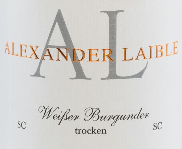 Der Weißburgunder SC von Alexander Laible ist ein filigraner, rebsortenreiner Weißwein aus dem wunderschönen Baden. Im Glas zeigt sich dieser Wein in einem strahlend klaren Strohgelb mit glitzernden Highlights. Das elegante Bouquet offenbart Noten nach Stachelbeere, Pfirsich und Apfel. Dazu gesellen sich feine Anklänge an Mandarine. Am Gaumen präsentiert sich eine wundervolle schmelzige Textur, die perfekt mit dem ausdrucksstarken Körper und der Säurestruktur harmoniert. Das Finale beeindruckt mit einer angenehmen Länge. Speiseempfehlung für den Alexander LaibleWeißburgunder SC Genießen Sie diesen trockenen Weißwein aus Deutschland zu Geflügelgerichten in cremiger Sauce, zu gedünstetem Fisch mit Pellkartoffeln. Aber auch Solo auf dem Balkon oder der Terrasse ist dieser Wein ein Genuss.
