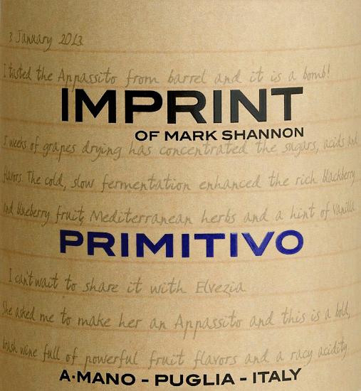 Der Imprint Primitivo von A Mano spiegelt die Persönlichkeit des Winzers Mark Shannon wider. Ein kräftiger, rebsortenreiner Rotwein, der auch eine weiche, samtige Seite besitzt und bei jedem Schluck ein Lächeln auf die Lippen zaubert. Im Glas leuchtet dieser Wein in einem dunklen Rubinrot. Das Bouquet offenbart wundervolle Aromen nach roten Früchten - angefangen von reifen Erdbeeren, über saftige rote Johannisbeeren bis hin zu Süßkirschen. Der Gaumen wird von der ausdrucksstarken Fruchtfülle und einer erfrischenden Säure verwöhnt. Die samtig-geschmeidige Textur harmoniert perfekt mit der weichen, süßlichen Tanninstruktur. Das Finale wartet mit einer herrlichen Länge und schokoladigen Nuancen auf. Vinifikation des A Mano Imprint Primitivo Der Imprint Primitivo von A Mano ist ein Herzensprojekt von Mark Shannon, der bereits 2012 das Potenzial der apulischen Reben für Appassimento-Weine im Stil von Ripasso und Amarone erkannte. So wird auch dieser Wein ausschließlich aus getrockneten Primitivotrauben hergestellt. Im Gegensatz zu Amarone & Co. muss er nicht lange gelagert werden, sondern kommt trinkfertig ab Weingut. Obwohl kräftig in Alkohol, begeistert er wie alle A Mano Weine mit beachtlicher Frische und schöner Länge. Speiseempfehlung für den A Mano Primitivo Imprint Genießen Sie diesen trockenen Rotwein aus Italien zu italienischen Pasta-Gerichten mit würzigen, kräftigen Saucen, Rindfleischragout mit Bandnudeln oder auch zu gereiften Käsesorten.