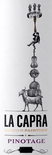 Der La Capra Pinotage von Fairview Wines zeigt sich im Glas in einem tiefen Purpurrot, dabei entfalten sich rauchige Noten mit herrlichen Fruchtaromen nach Pflaumen, reifen Brombeeren und Kirschen. Dieser südafrikanische Rotwein beeindruckt am Gaumen mit seinen dezenten Röstaromen, der sanften Textur mit feinen Tanninen und der animierenden Säure. Im Abgang sind Aromen von Gewürzen wahrzunehmen. Vinifikation des Fairview La Capra Pinotage Die Trauben für diesen reinsortigen Rotwein wurden entrappt und die ganzen Beeren in Edelstahltanks fermentiert. Nach der Fermentation reifte der Wein in Eichenfässern aus amerikanischer und französischer Eiche für etwa 10-12 Monate vor seiner Abfüllung. Speiseempfehlung für den La Capra Pinotage von Fairview Wines Genießen Sie diesen trockenen Rotwein zur mexikanischen und mediterranen Küche oder zu würzigen Käsesorten.