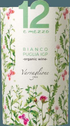 Der 12 e Mezzo Bianco Organic Wine Puglia aus der Feder von Varvaglione aus Apulien präsentiert im Glas eine brillante, goldgelbe Farbe. In ein Weissweinglas eingegossen, präsentiert dieser Weißwein aus Italien herrlich ausdrucksstarke Aromen nach Veilchen, Pomelo, Lilie und Pink Grapefruit, abgerundet von weiteren fruchtigen Nuancen. Dieser trockene Weißwein von Varvaglione ist für Weingenießer, die es absolut trocken mögen. Am Gaumen präsentiert sich die Textur dieses leichtfüßigen Weißweins wunderbar leicht und schmelzig. Im Abgang begeistert dieser Weißwein aus der Weinbauregion Apulien schließlich mit beachtlicher Länge. Erneut zeigen sich wieder Anklänge an Lavendel und Zitrone. Vinifikation des 12 e Mezzo Bianco Organic Wine Puglia von Varvaglione Grundlage für den eleganten 12 e Mezzo Bianco Organic Wine Puglia aus Apulien sind Trauben aus den Rebsorten Chardonnay, Fiano und Malvasia Bianca. Zum Zeitpunkt optimaler Reife werden die Trauben für den 12 e Mezzo Bianco Organic Wine Puglia ohne die Hilfe grober und wenig selektiver Vollernter ausschließlich händisch geernet. Nach der Lese gelangen die Trauben auf schnellstem Wege in die Kellerei. Hier werden sie selektiert und behutsam aufgebrochen. Anschließend erfolgt die Gärung im bei kontrollierten Temperaturen. Nach dem Abschluss der Gärung . Speiseempfehlung für den 12 e Mezzo Bianco Organic Wine Puglia von Varvaglione Dieser Italiener sollte am besten gut gekühlt bei 8 - 10°C genossen werden. Er passt perfekt Auszeichnungen für den 12 e Mezzo Bianco Organic Wine Puglia von Varvaglione Dieser Wein aus Puglia IGT überzeugt nicht nur uns, nein auch namhafte Weinkritiker verliehen ihm bereits Medaillen. Unter den Bewertungen finden sich Concours Mondial de Bruxelles - Silber Sakura - Japan Women's Wine Award - Silber Mundus Vini - Silber