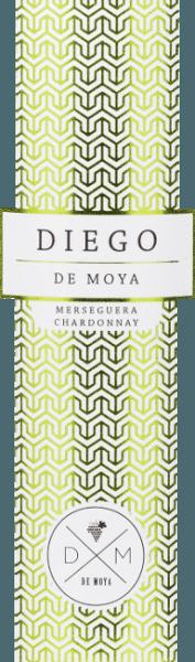 DerDiego von Bodega de Moya aus dem spanischen Anbaugebiet Valencia ist eine wundervolle, frische Weißwein-Cuvée aus den RebsortenMerseguera (70%) und Chardonnay (30%). Die Weißweine widmet der Winzer einem Mann aus seiner Familie oder seinem engsten Bekanntenkreis - Diego brachteYves Laurijssens auf die Idee die Bobal-Traube zu verwenden. Im Glas präsentiert sich dieser Wein in einem klaren Strohgelb mit glitzernden Highlights. In der Nase offenbart sich eine ausdrucksstarke Aromatik - angefangen von Quitten, über saftigen Apfel und reife Aprikose, über frische Haselnüsse und geröstete Mandeln bis hin zu frisch gebackenem Brot. Dank der Lagerung auf der Hefe setzen sich auch die nussigen Noten und Aromen nach Brioche am Gaumen fort. Der Körper ist angenehm voll mit einer weichen Tanninstruktur. Das Finale ist frisch, lang anhaltend und es zeigt sich nochmals die komplexe Aromenvielfalt dank der Hefelagerung. Vinifikation des Diego Merseguera ChardonnayDe Moya Die Rebstöcke der Chardonnay-Trauben und Mersegura-Trauben sind ca. 25 Jahre alt und befinden sich auf einer Höhe von 1050 m über dem Meeresspiegel. Die Trauben werden früh morgens von Hand in 15 kg Kisten gelesen und bereits im im Weinberg selektiert. Anschließend wird das Lesegut im Weinkeller für 24 Stunden bei 4 Grad Celsius gekühlt - die Kaltmazeration beträgt auch 24 Stunden. Die Gärung bei kontrollierter Temperatur erfolgt zu 50% des Mosts in Edelstahltanks und zu 50% in französischen Eichenfässern. Die Reifung auf der Hefe erfolgt für insgesamt 6 Monate. Speiseempfehlung für den Bodega De Moya Diego Merseguera Chardonnay Dieser trockene Weißwein aus Spanien ist ein toller Speisebegleiter zu asiatischen Küche - insbesondere zu Sushi ein wahrer Traum. Aber auch zu Wiener Schnitzel mit Spargel ein unvergesslicher Genuss.