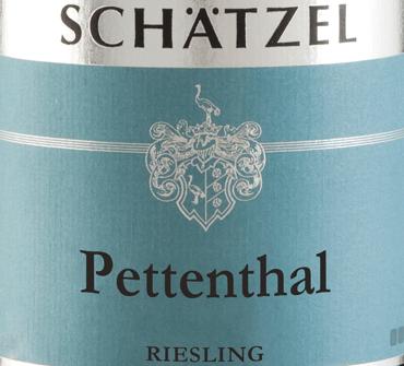 Der Riesling Nierstein Pettenthal Großes Gewächs aus der Feder von Weingut Schätzel aus Rheinhessen offenbart im Glas eine brillante, hellgelbe Farbe. Dieser Wein zeigt im Zentrum zudem goldgelbe Reflexe. Gibt man ihm durch Schwenken etwas Luft, so zeichnet sich dieser Weißwein durch eine faszinierende Leichtigkeit aus, die ihn schwungvoll im Glas tanzen lässt. Das Bukett dieses Weißweins aus Rheinhessen zieht in den Bann mit Noten von Maulbeere, schwarze Johannisbeere, Heidelbeere und Brombeere.Gerade seine fruchtbetonte Art macht diesen Wein so besonders. Dieser deutsche Wein begeistert durch sein elegant trockenes Geschmacksbild. Er wurde mit lediglich 4 Gramm Restzucker auf die Flasche gebracht. Hier handelt es sich um einen echten Qualitätswein, der sich klar von einfacheren Qualitäten abhebt und so verzückt dieser Deutsche Wein natürlich bei aller Trockenheit mit feinster Balance. Aroma benötigt eben nicht zwingend viel Restzucker. Leichtfüßig und komplex präsentiert sich dieser dichte Weißwein am Gaumen. Durch seine lebendige Fruchtsäure zeigt sich der Riesling Nierstein Pettenthal Großes Gewächs am Gaumen beeindruckend frisch und lebendig. Im Abgang begeistert dieser Weißwein aus der Weinbauregion Rheinhessen schließlich mit beachtlicher Länge. Es zeigen sich erneut Anklänge an schwarze Johannisbeere und Heidelbeere. Vinifikation des Riesling Nierstein Pettenthal Großes Gewächs von Weingut Schätzel Dieser elegante Weißwein aus Deutschland wird aus der Rebsorte Riesling gekeltert. Der Riesling Nierstein Pettenthal Großes Gewächs ist ein Alte Welt-Wein durch und durch, denn dieser Deutsche Wein atmet einen außergewöhnlichen europäischen Charme, der ganz klar den Erfolg von Weinen aus der Alten Welt unterstreicht. Einen beachtlichen Einfluss auf die Ausreifung des Lesegutes hat zudem der Fakt, dass die Riesling-Trauben unter dem Einfluss eines eher kühlen Klimas gedeihen. Dies äußert sich unter anderem in besonders lange und gleichmäßig Trauben und eher moderat